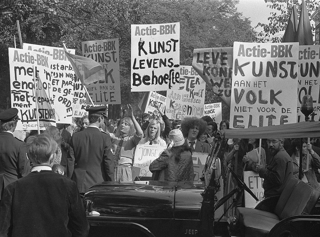 Leden van de Beroepsvereniging Beeldende Kunstenaars protesteren op Prinsjesdag 1971 in Den Haag. Collectie Nationaal Archief.