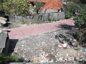 Afvalvervuiling in een wijk in Bualu, Bali. Foto: Jasmijn Groot.