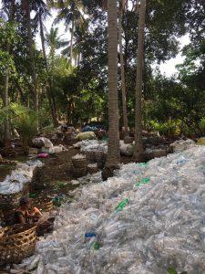 Een waste picker aan het werk op Nusa Lembongan. Foto: Amber Josephine van Dillen.