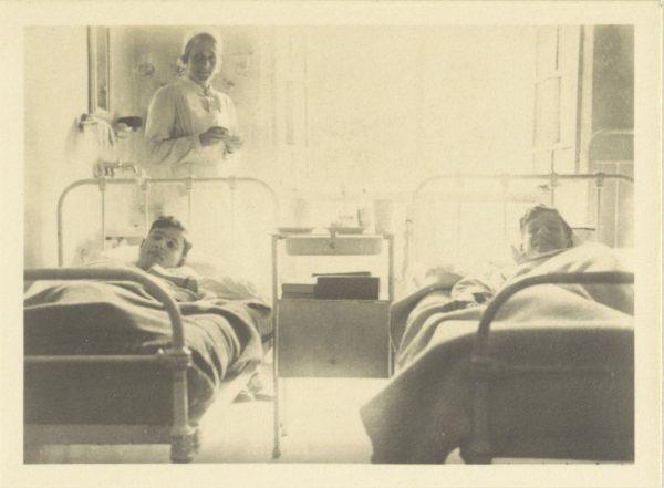 Leerlingen te bed en verpleegster in het ziekenhuis van Schule Schloss Salem