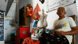 Stormvloedkering! Onze gastheer in Nusa Lembongan. Foto: Jasmijn Groot.