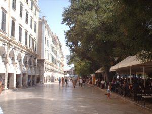 De Esplanade in Corfustad, Corfu, in 2012. Vóór 2012 was het altijd lastig om een plekje op het terras te vinden, maar door de crisis was het opvallend makkelijk geworden.